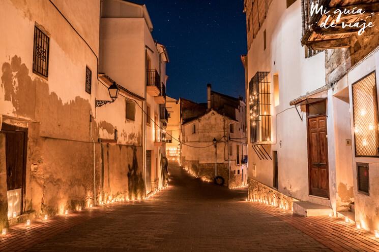 Calle iluminada en la noche de las velas de Titaguas